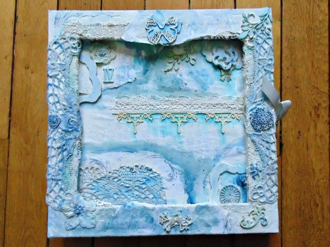 couverture mixed media mixedmedia gesso toile bleu dentelle bois embellissement metal papillon vintage shabby romantique amelie jeannot ellanascrap ellana scrap