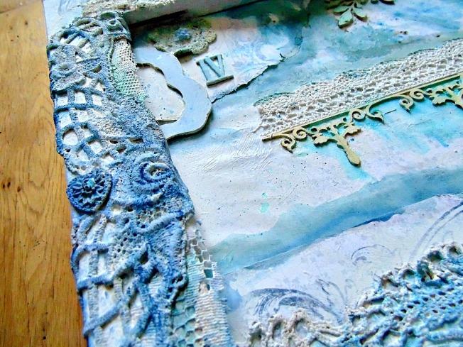 toile mixed media gesso blanc encre bleu embellissement bois metal ellanascrap